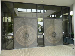 Large inviting doors mark the entrance to B'nai Israel Congregation.
