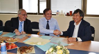 President Loh signs a memorandum of understanding at the University of Haifa.