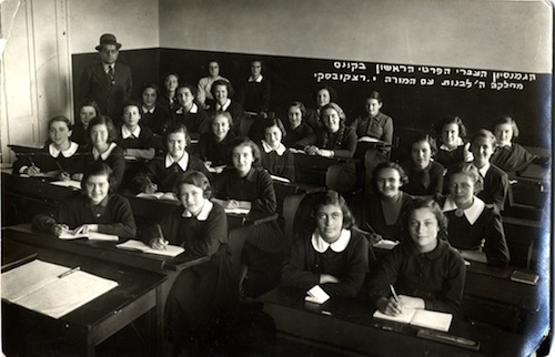 girls_class_5th_form_in_the_hebrew_realgymnasium_of_kaunas_with_teacher_shalom_zvi_rachkovsky